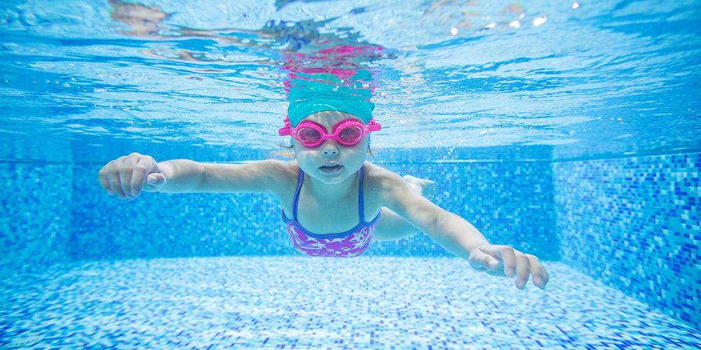 Hipoclorito líquido en piscinas públicas
