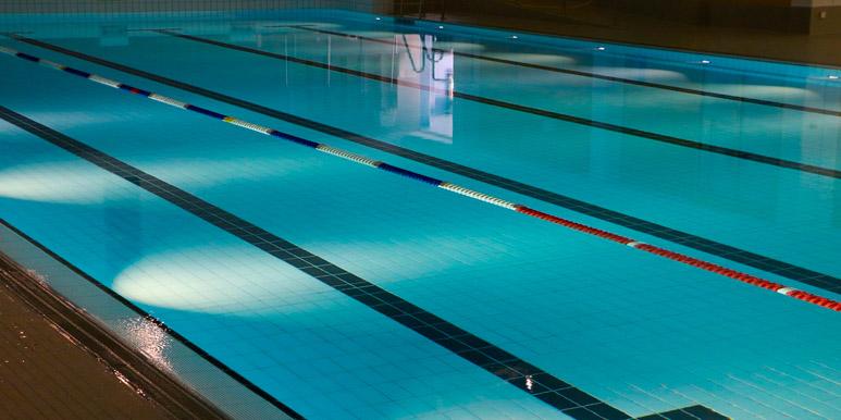 Cómo mantener limpia tu piscina climatizada